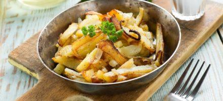 Пожарить картошку с луком на сковороде