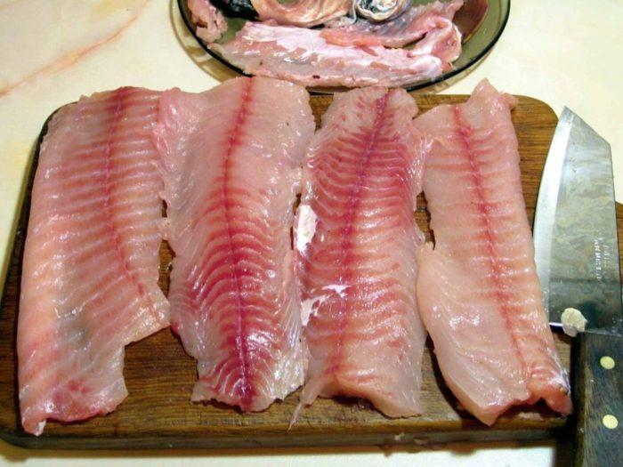 Как пожарить рыбу на сковороде с мукой