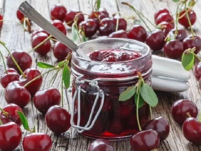 Сварить вишневое варенье с косточками