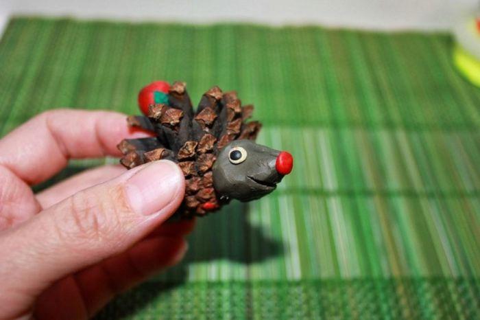 Как сделать ёжика из шишек еловых