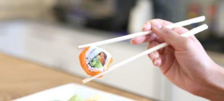 Как правильно держать палочки для еды