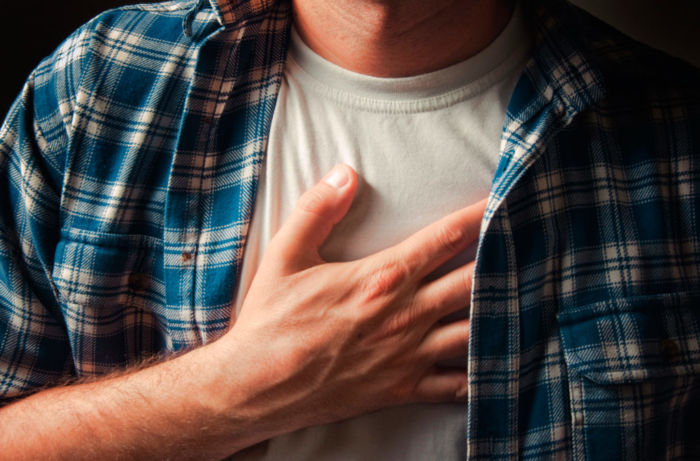Боль в грудине посередине: причины, симптомы, что делать
