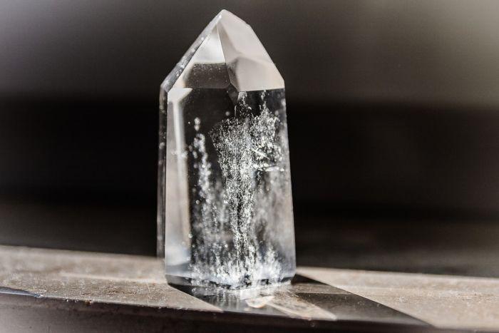 Почему нельзя алюминием поцарапать стекло
