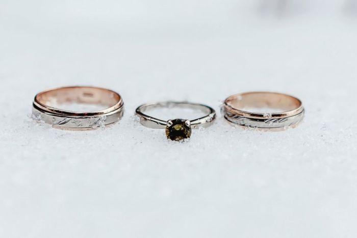 Как найти обручальное кольцо в сугробе снега?