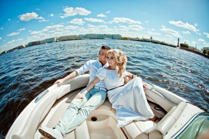 Необычный способ сделать предложение – аренда катера в СПб с капитаном
