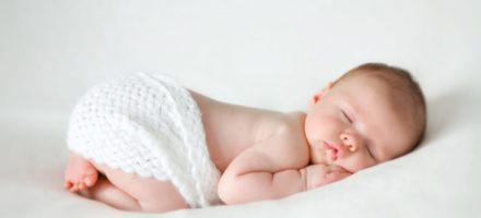 Какие преимущества и недостатки имеет детский сон на животе
