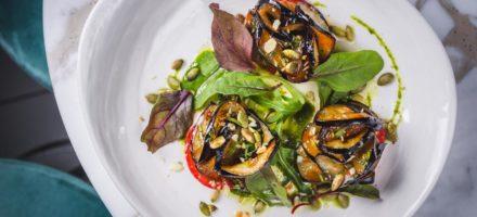 Салат из баклажанов с помидорами и чесноком