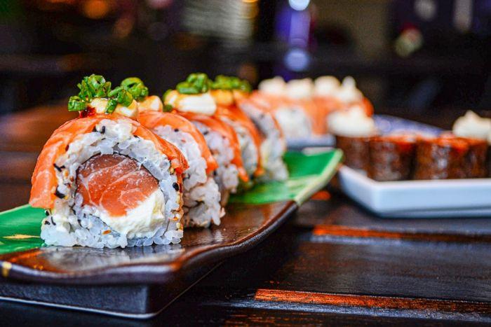 Где в Омске суши и роллы с бесплатной доставкой?